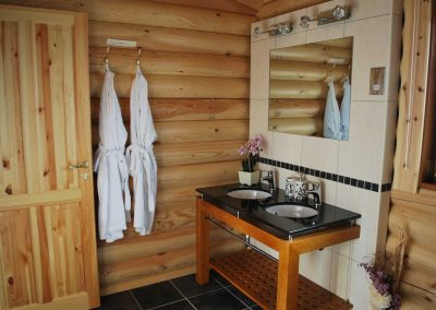 Cedar Lodge Eye Kettleby Lakes Showerroom One