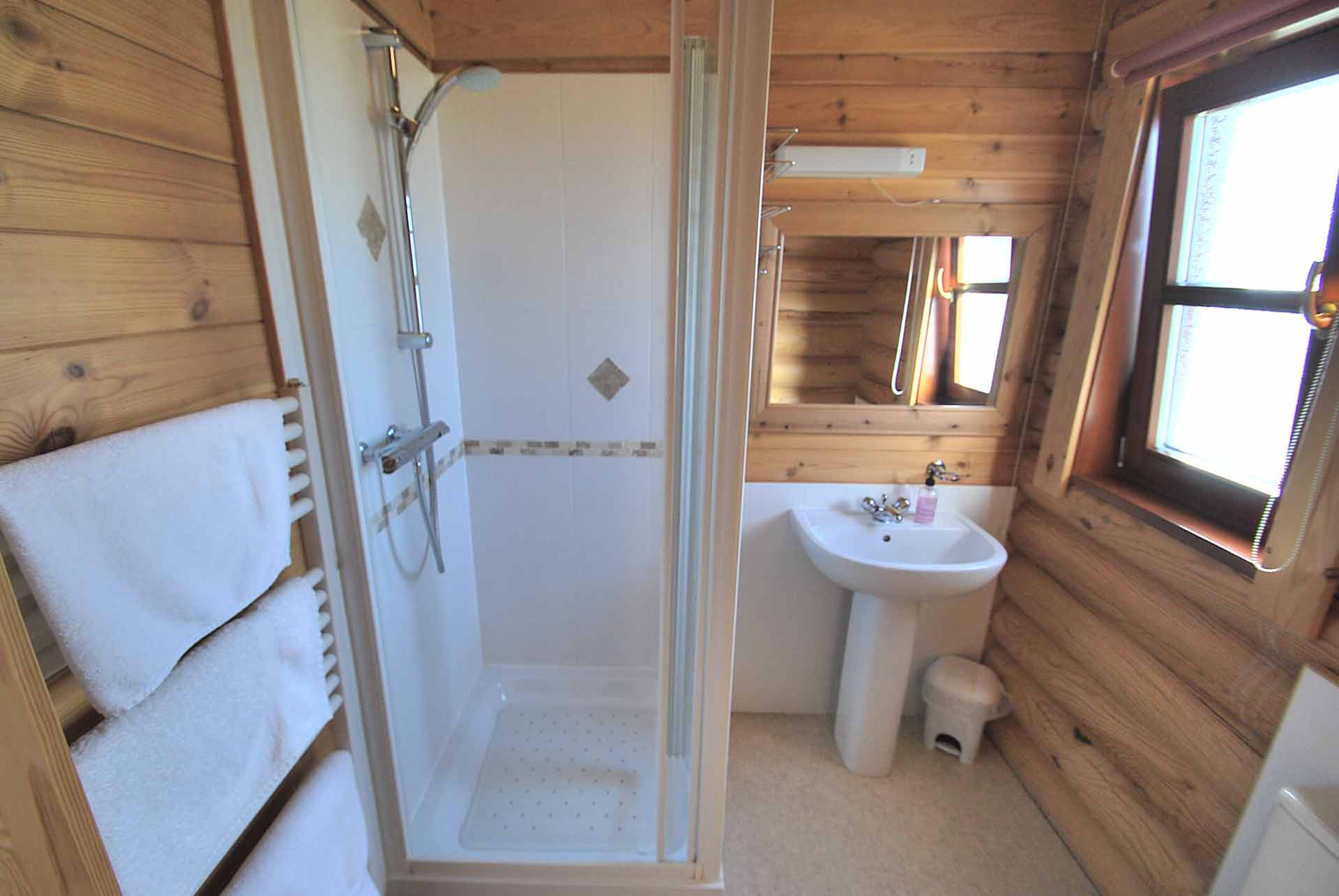 Hazel-Lodge-Ensuite-Eye-Kettleby-Lakes