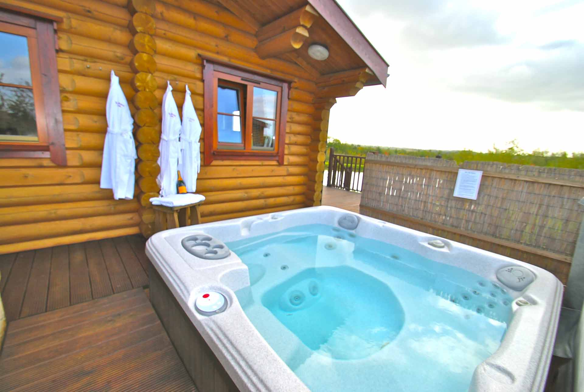 Holly-Lodge-Hot-Tub-Eye-Kettleby-Lakes