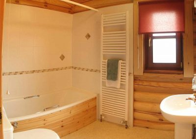 Maple-Lodge-Bathroom-Eye-Kettleby-Lakes