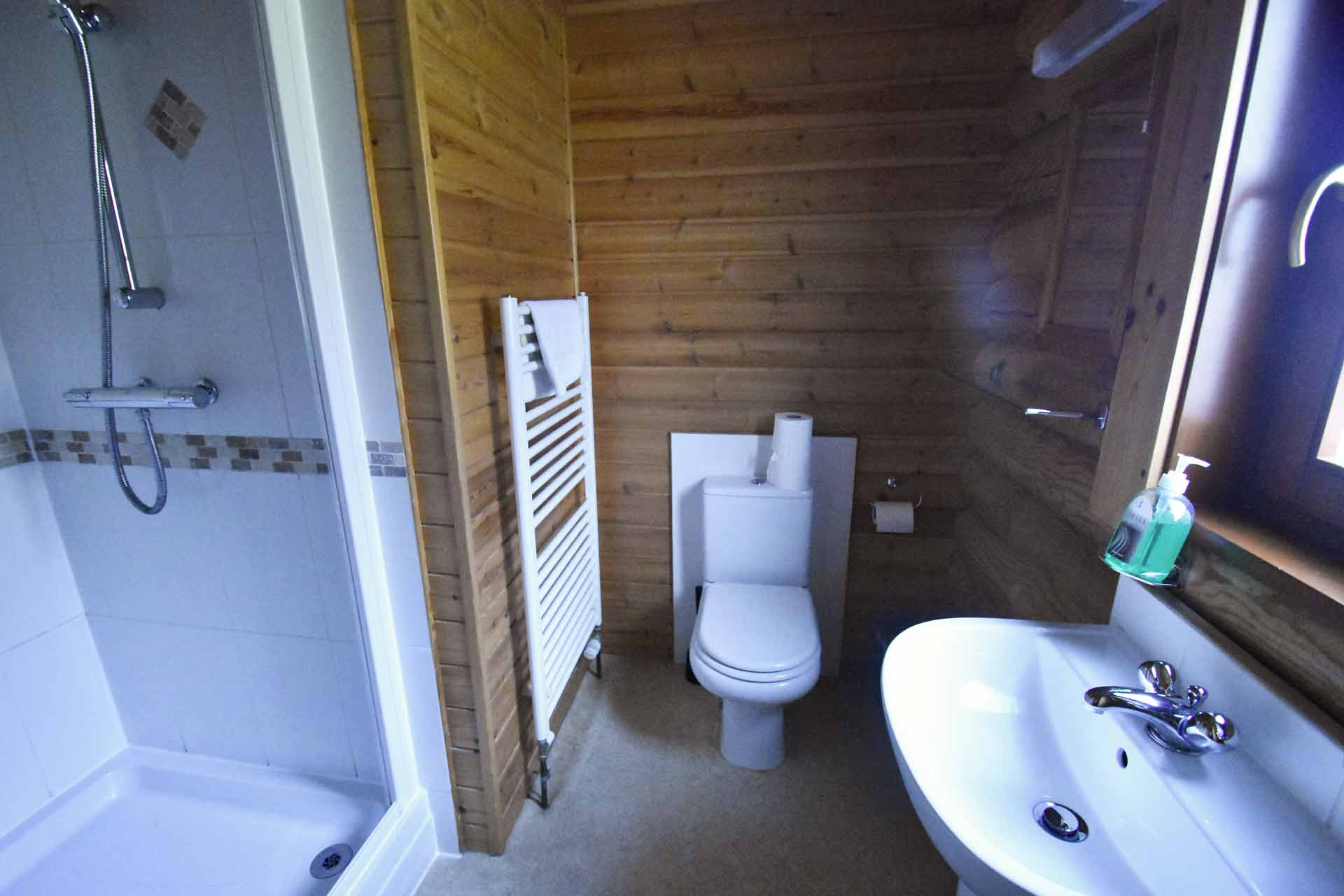 Oak-Lodge-Ensuite-Eye-Kettleby-Lakes