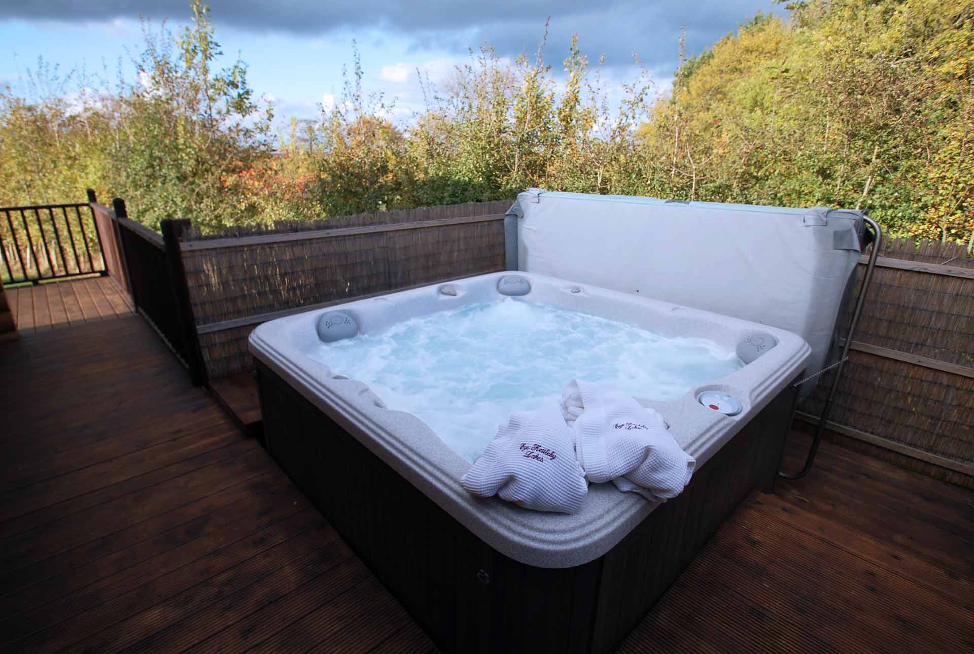 Oak-Lodge-Hot-Tub-Eye-Kettleby-Lakes