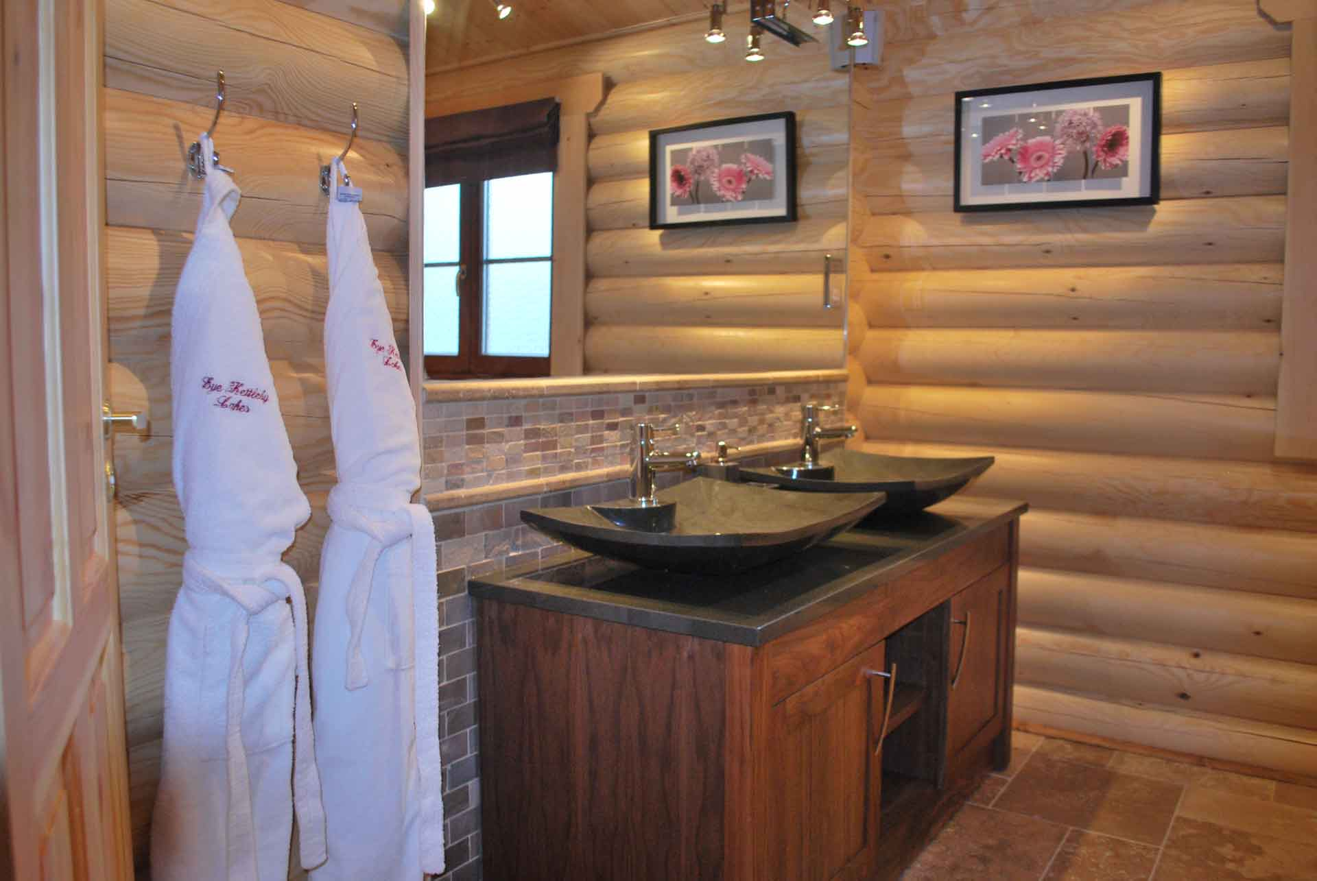Walnut-Lodge-Bathroom-Eye-Kettleby-Lakes