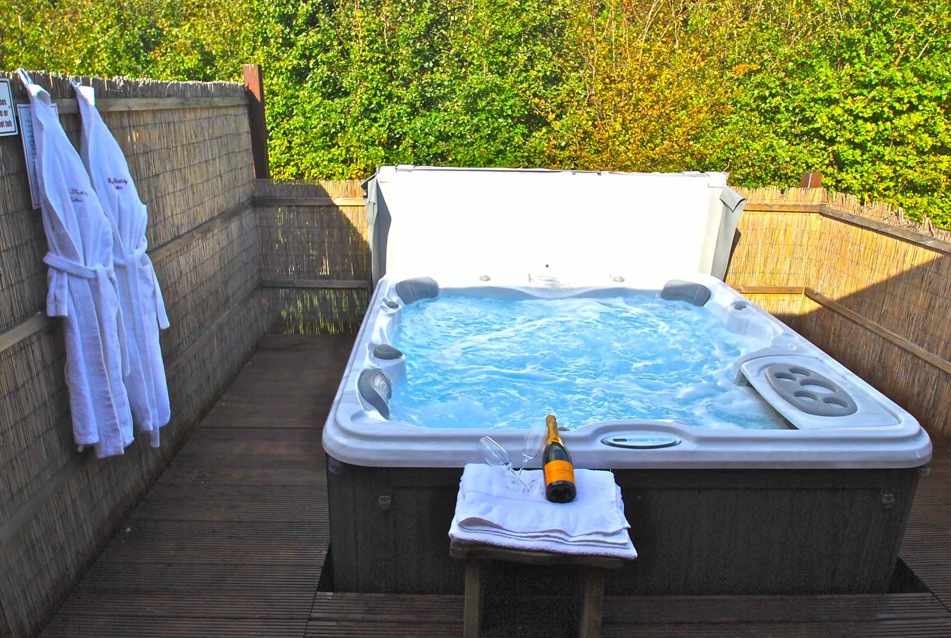 Willow-Lodge-Hot-Tub-Eye-Kettleby-Lakes